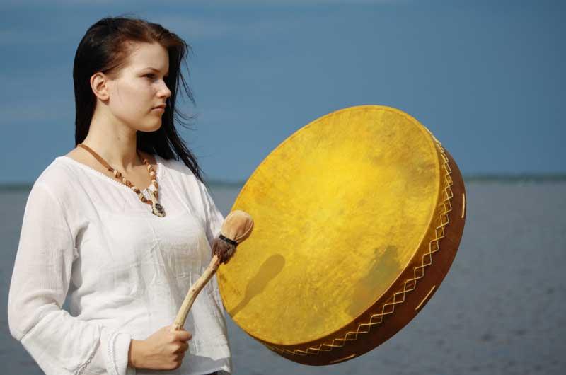 Nainen rummuttaa