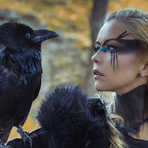 viikinki-nainen-varis